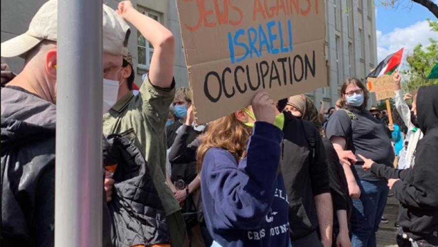 """Demonstracja solidarności z Palestyną. """"Policja targetowała osoby o ciemnym kolorze skóry""""."""